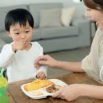 子供は大人の食事の仕方を見ています。